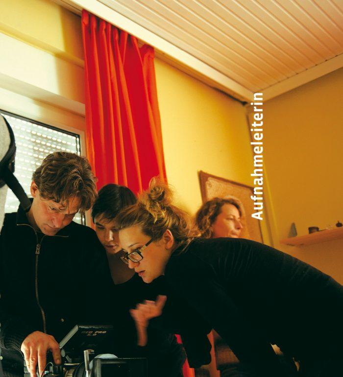 Aufnahmeleiterin Susanne Berger am Set von Die 727 Tage ohne Karamo © AMOUR FOU / Lukas Beck
