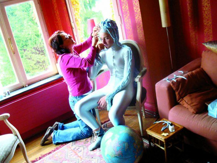 Letzte Adaptionen der Maskenbildnerin Béatrice Stephany für das Kostüm von Uli Simon am Set von MappaMundi, © Bady Minck/ Amour Fou