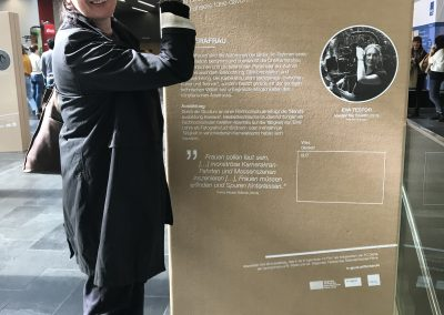 Kamerafrau Eva Testor bei der Eröffnung der Ausstellung in St. Pölten