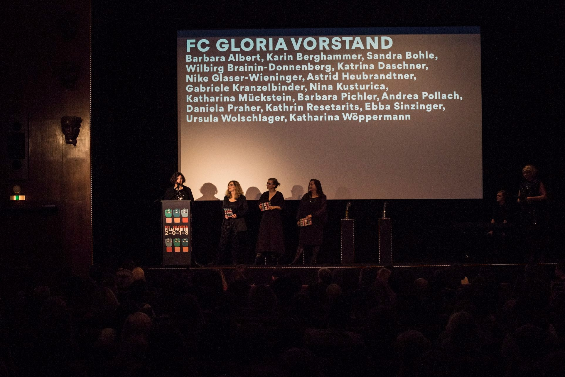 Katrina Daschner, Ebba Sinzinger, Andrea Pollach und Wilbirg Brainin-Donnenberg als Vertreterinnen des FC Gloria Vorstands