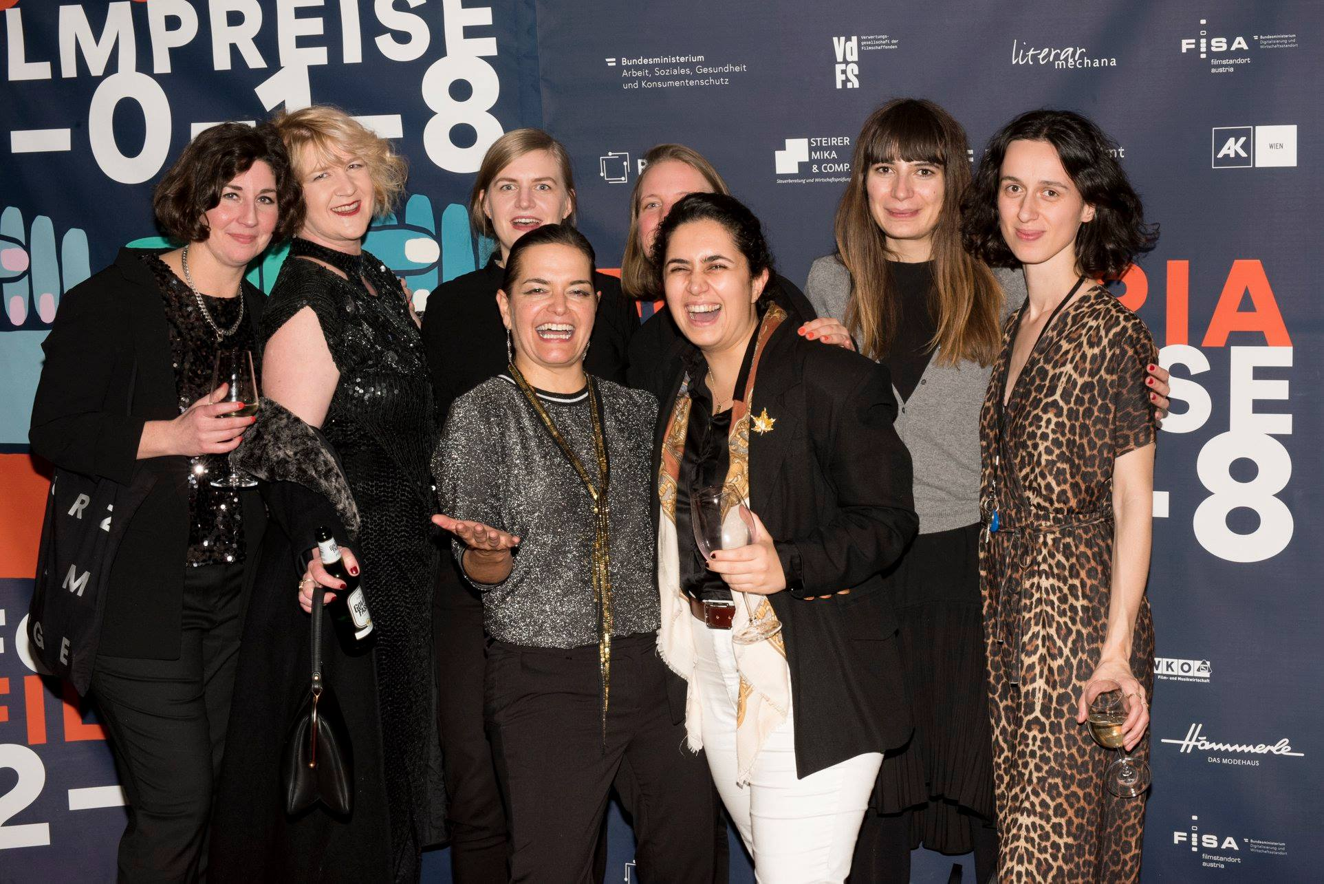 Katrina Daschner, Denice Bourbon, Veronika Adamski, Sarah Podbelsek, Jonida Laci, Hicran Ergen mit Preisträgerin Sabine Marten
